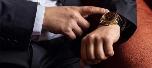 Farb-, Typ- und Stilberater schaut auf die Uhr