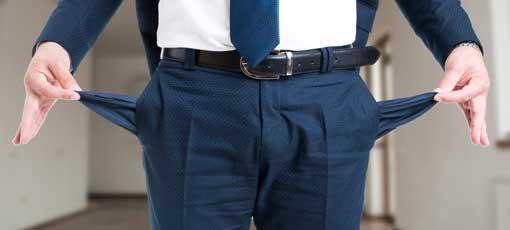 Ein Farb-, Typ und Stilberater zeigt seine leeren Taschen