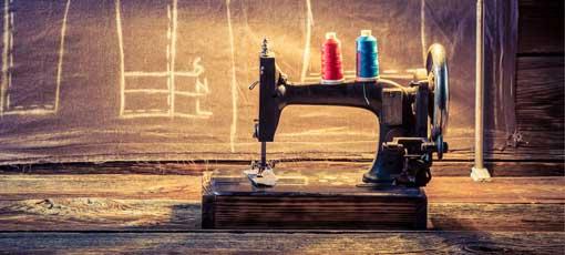 Eine alte Nähmaschine steht für einen Farb-, Typ- und Stilberater bereit