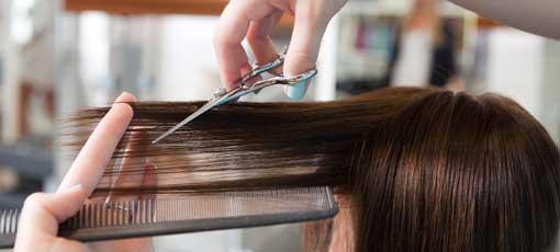 Friseurin ist am Haare schneiden