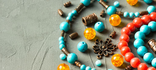 Einzelne Perlen liegen zur Herstellung von Schmuck bereit